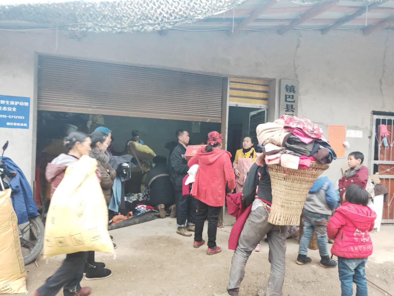 陕西省韩城慈善协会千里捐赠衣物情暖巴山群众
